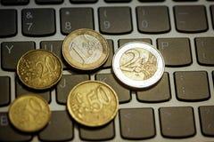 在laptop& x27的欧洲硬币; s键盘 免版税库存图片