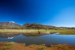 在Lashihai湖的小船 免版税库存图片