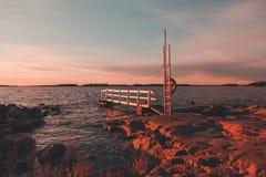 在Lauttasaari赫尔辛基的码头有日落的秋天 免版税库存照片