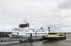 在Lauwersoog和斯希蒙尼克岛之间的荷兰轮渡 库存照片