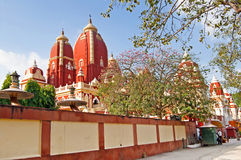 在Laxminarayan寺庙附近的未认出的人是一个寺庙在德里,印度 免版税库存图片