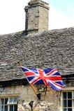 在lbuilding的Cotswold, Burford的英国国旗 免版税图库摄影
