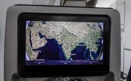 在LCD显示器屏幕上的五颜六色的飞行地图  免版税库存照片