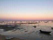 在Le佳能Oyster村庄,盖帽白鼬半岛, Bassin d&#x27的平安的黄昏; 阿尔雄,吉伦特省,南西部法国 免版税库存照片