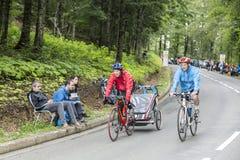 在Le环法自行车赛路的家庭  库存图片