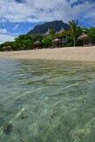 在Le Morne,有非常清楚水和莫纳山山的毛里求斯的普遍的海滩胜地在背景中 库存图片