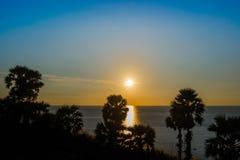 在Leam PromThep海角的日落与清楚的天空在普吉岛 免版税库存照片