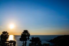 在Leam PromThep海角的日落与清楚的天空在普吉岛 图库摄影