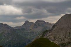 在Lechtal阿尔卑斯,奥地利山的喜怒无常的天空  库存照片