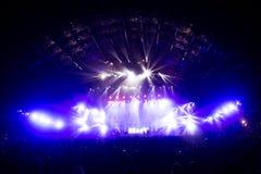 在LED阶段光线影响前面的音乐会人群 库存照片