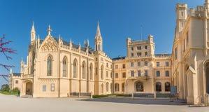 在Lednice城堡和StJakub教堂-捷克共和国,摩拉维亚门面的看法  免版税库存照片