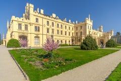 在Lednice城堡的看法从公园-捷克共和国,摩拉维亚 免版税库存图片