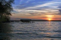 在Leech湖的日落有小船的在背景中 免版税库存照片