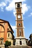在legnano教会封锁了砖塔边路意大利l 免版税库存照片
