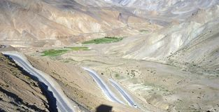 在Leh拉达克高速公路的路曲线 免版税图库摄影