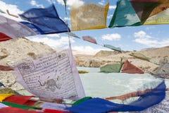 在Leh,拉达克,印度附近的祷告旗子 免版税库存照片