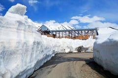 在Leh - Manali高速公路的随风飘飞的雪在印地安喜马拉雅山 图库摄影