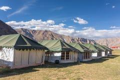 在Leh - Manali高速公路的Sarchu野营的帐篷在拉达克地区 库存图片