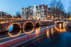 在Leidsegracht和Keizersgracht运河的桥梁intersectio 免版税库存图片