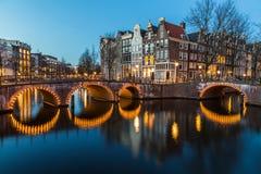 在Leidsegracht和Keizersgracht运河的桥梁intersectio 免版税库存照片