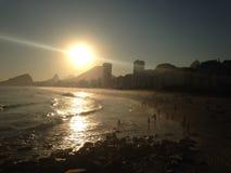 在Leme海滩的完善的日落 免版税库存图片