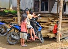 在Lempo村庄街道上的印度尼西亚孩子在塔娜Toraja 库存图片