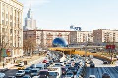 在Leningradskoye高速公路的城市交通在春天 库存图片