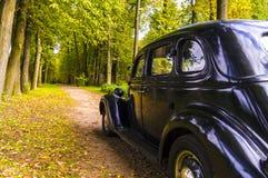 在Leninskie高尔基博物馆庄园的黑汽车  免版税库存图片