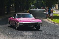 在Leopolis格兰披治赛马跑道的紫色减速火箭的汽车  免版税库存图片