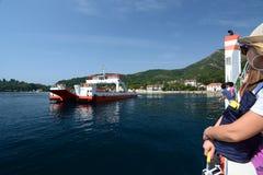 在Lepetane和Kamenari之间的轮渡 海湾kotor montenegro早晨时间 黑山 免版税图库摄影
