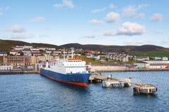 在Lerwick镇,舍德兰群岛运输在码头的运输相接 图库摄影