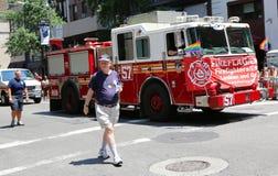 在LGBT骄傲游行的FDNY卡车在纽约 免版税图库摄影