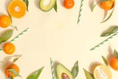 在ligth黄色背景-与薄荷叶的被分类的柑橘水果的柑橘食物 顶视图 免版税库存照片