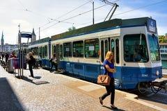 在Limmatquai的电车在苏黎世的市中心 免版税库存照片