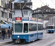 在Limmatquai码头的电车在瑞士苏黎士 库存图片