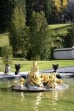 在Linderhof城堡,巴伐利亚的金黄喷泉 免版税库存照片