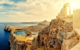 在Lindos上上城的日落  多立克体专栏古庙雅典娜Lindia IV世纪和BC海湾圣保罗 库存照片