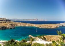 在Lindos海湾,罗得岛,希腊的晴朗的看法 免版税库存图片