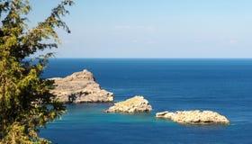 在Lindos海湾,罗得岛,希腊的晴朗的看法 库存照片