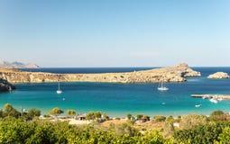 在Lindos海湾,罗得岛,希腊的晴朗的看法 免版税库存照片