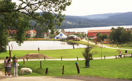 在Lipno的看法与湖、村庄和山 免版税图库摄影