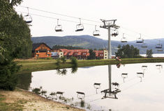 在Lipno的看法与滑雪吊车和湖 库存图片