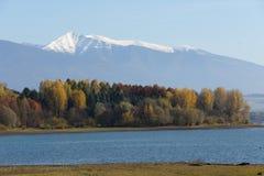 在Liptovska玛拉水库与Rohače山, Liptov的破晓 免版税库存照片