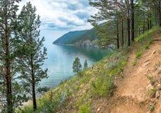 在Listvyanka和大Koty之间的伟大的贝加尔湖足迹 免版税库存图片