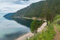 在Listvyanka和大Koty之间的伟大的贝加尔湖足迹 免版税库存照片