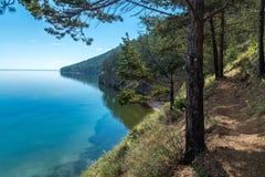 在Listvyanka和大Koty之间的伟大的贝加尔湖足迹 库存图片