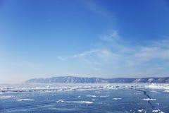 在Listvyanka村庄附近的贝加尔湖冰 33c 1月横向俄国温度ural冬天 免版税库存照片