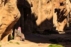 在Littl供以人员stitting在陡峭的岩石之间的一个小段落 库存照片