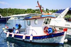 在Lixouri镇口岸的五颜六色的传统希腊渔船  免版税库存图片