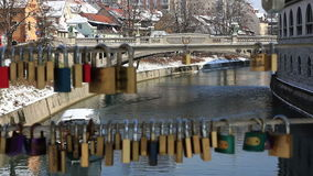 在Ljubljanica河的小船通过锁线  股票视频